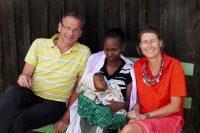 Neugeborenes schwarzes Kind im Arm der Mutter