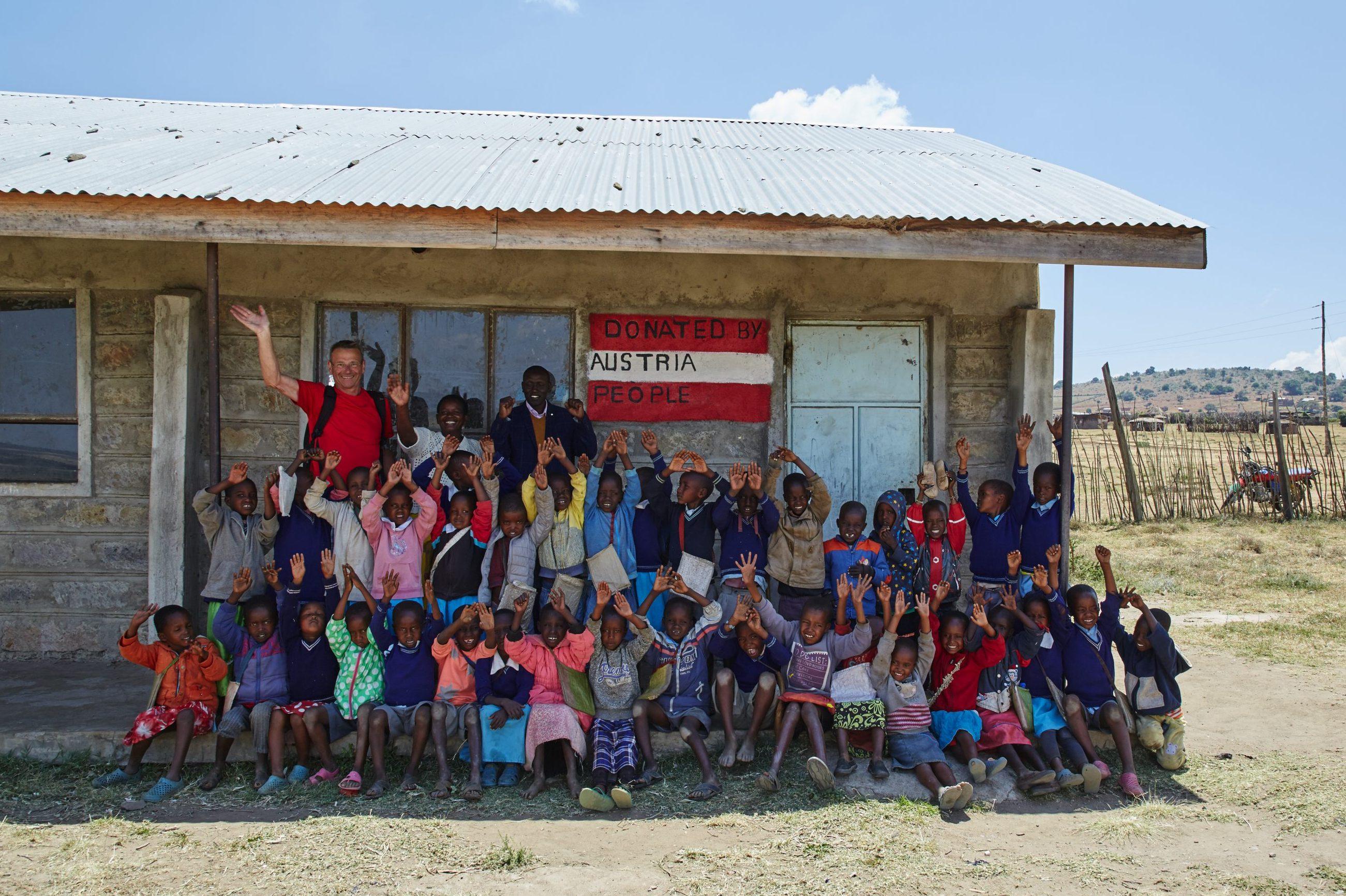 Kinder vor der neuen Schulklasse in Emorogi