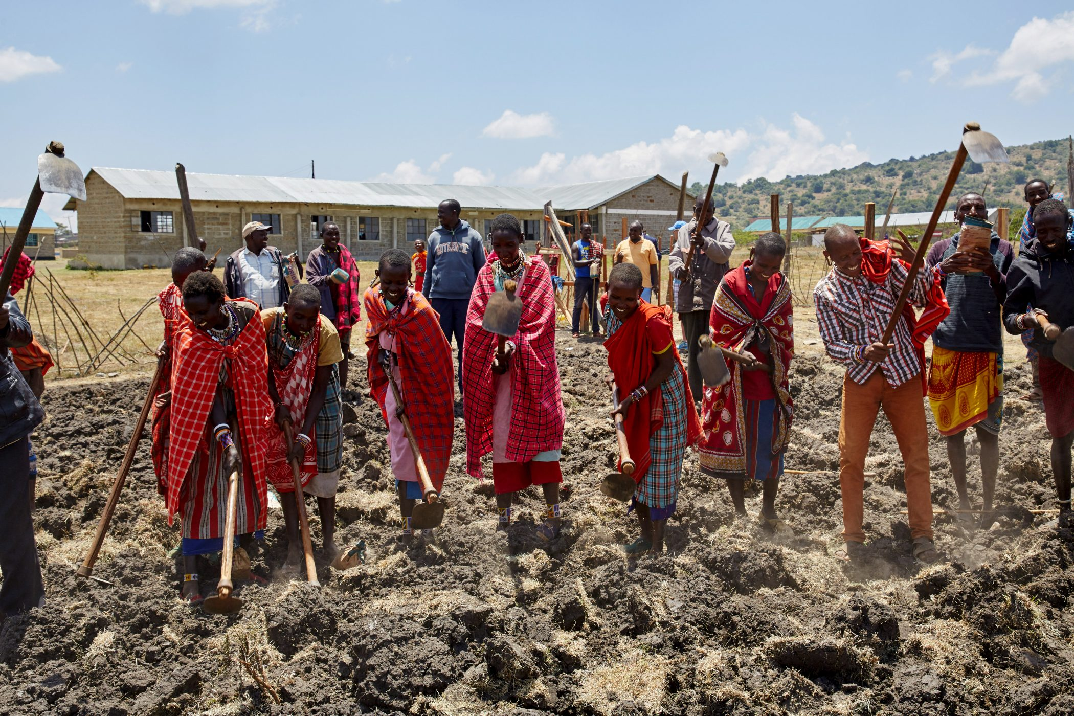 Bevölkerung von Emorogi legt einen Schulgarten an
