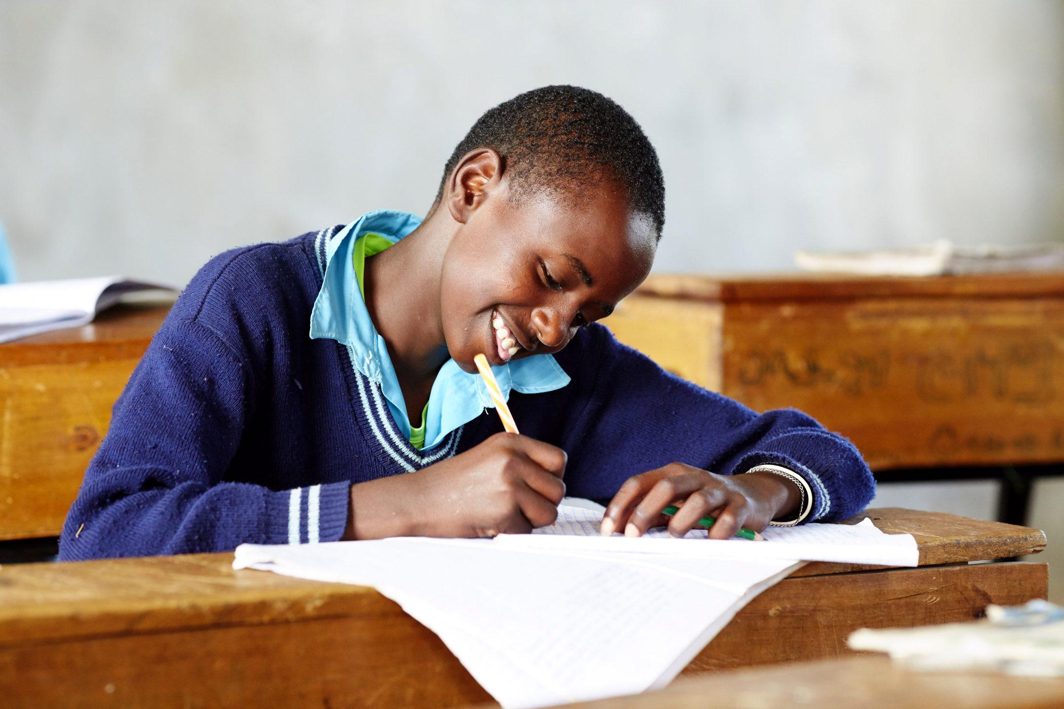 kind mit Freude in der Schule